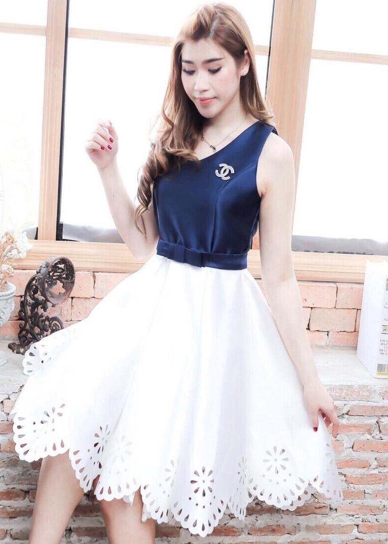ชุดเดรสออกงาน ชุดไปงานแต่งงานทูโทนสีน้ำเงินขาว คอวี แขนกุด ปลายกระโปรงปักเป็นลายฉลุ แนวหวาน สวยหรู ดูดี
