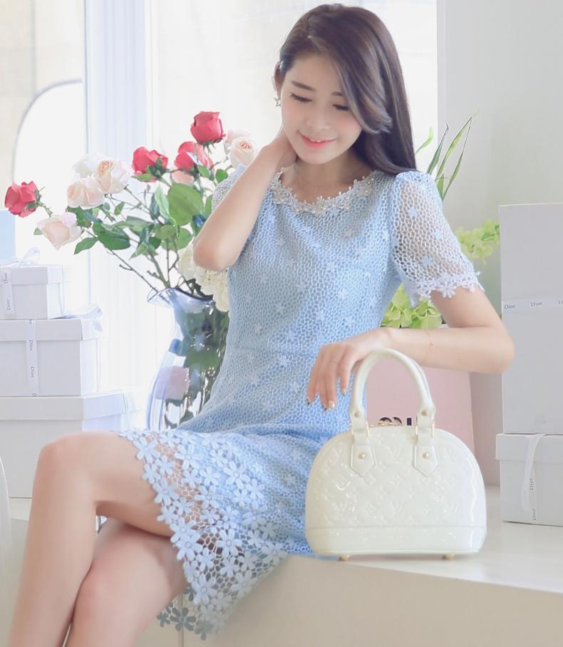 ชุดเดรสสั้นสีฟ้า ผ้าลูกไม้ถัก คอ แขน ปลายกระโปรงแต่งดอกไม้ แขนสั้น สวยหวาน สไตล์เกาหลี