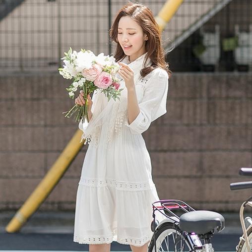 ชุดเดรสสั้น แซกสั้น สีขาว แนวเกาหลีสไตล์โบฮีเมียนน่ารักๆ แขนสี่ส่วน ฉลุลายช่วงอก+ชายกระโปรง