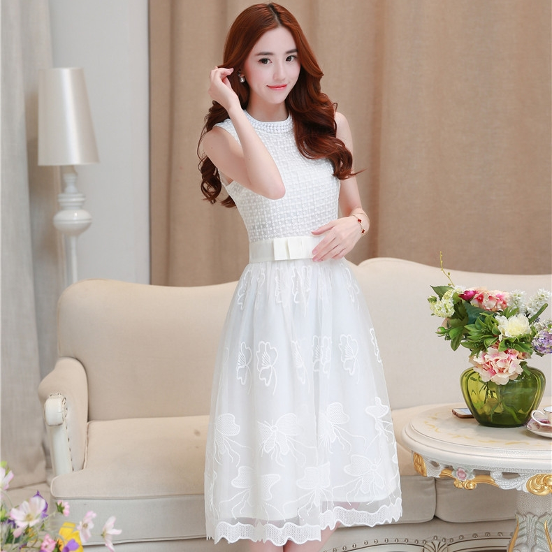 ชุดเดรสสั้นออกงานสีขาวสวยหรู ผ้า organza ปักลายสวยๆ คอเสื้อประดับด้วยลูกปักสีขาว แขนกุด เอวแต่งโบว์น่ารักๆ