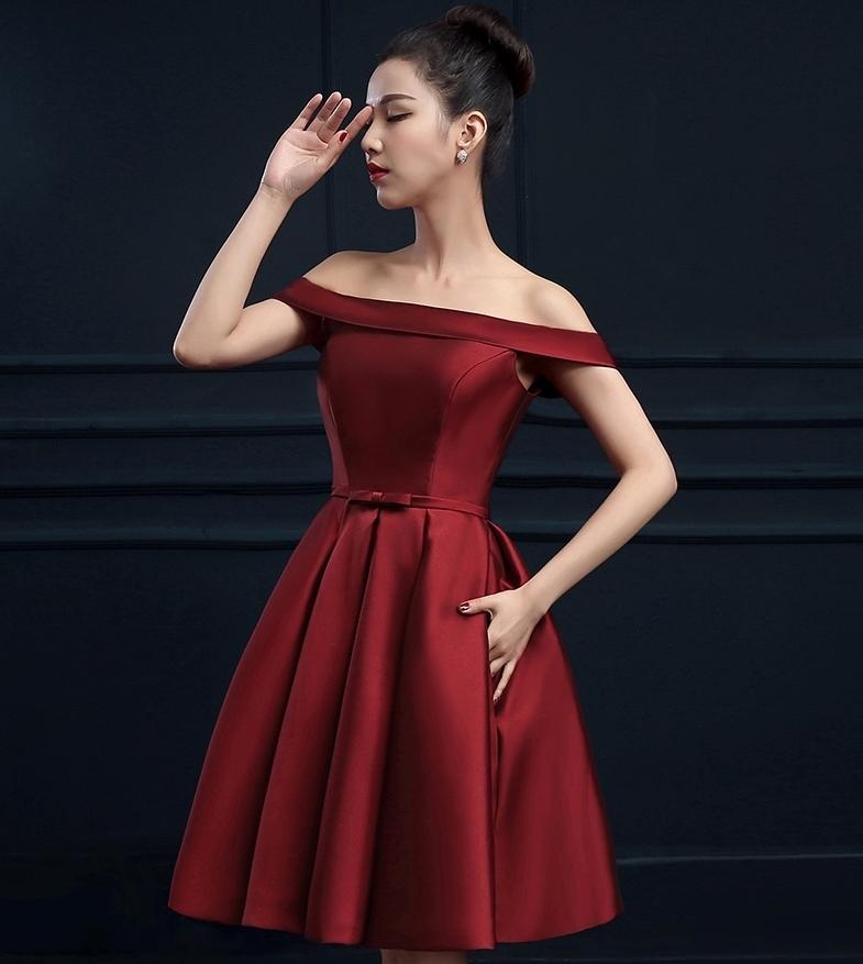 ชุดเดรสออกงาน/ชุดไปงานแต่งงานสีแดงเข้ม เปิดไหล่ ผ้าไหมอิตาลี สวยๆ เรียบ หรู