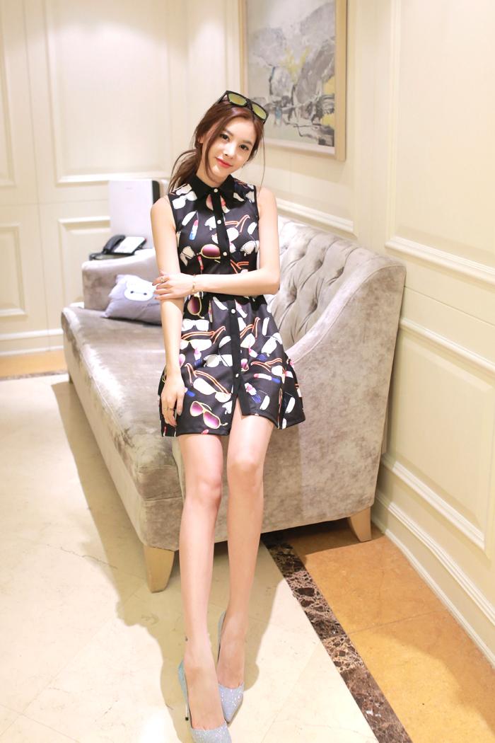 ชุดเดรสสั้นสีดำลายสวยเก๋ แขนกุด กระโปรงบาน แนวสวยๆ น่ารัก สไตล์แฟชั่นเกาหลี