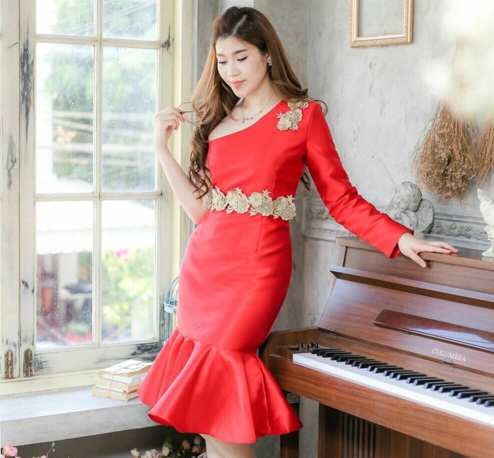 ชุดเดรสสวยหรู สีแดง เข้ารูป ไหล่เฉียง แขนยาว ชายกระโปรงแต่งระบาย ช่วงไหล่+เอว แต่งลูกไม้ ใส่เป็นชุดออกงาน ชุดไปงานแต่งงาน