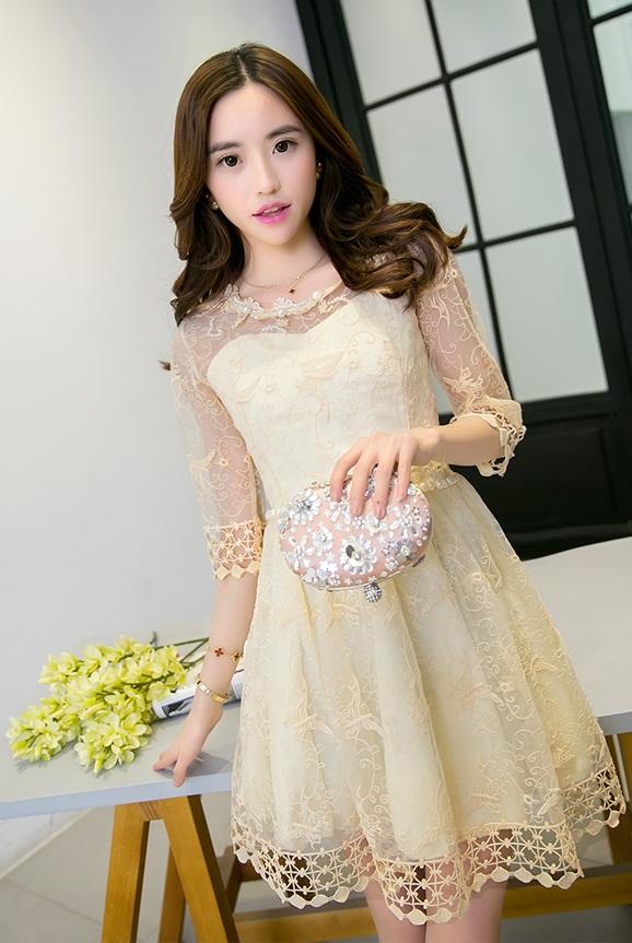ชุดเดรสไปงานแต่งงานสวยๆ สีเหลืองอ่อน ผ้าใยแก้วปักลายทั้งตัว คอเสื้อปักแต่งเป็นระบายพร้อมมุกสวยหรู แขนสามส่วน เอวแต่งเป็นเข็มขัดด้วยโบว์น่ารักๆ เหมาะสำหรับใส่เป็นชุดเพื่อนเจ้าสาว ชุดไปงานแต่งงาน