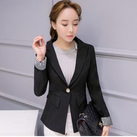 เสื้อสูททำงานผู้หญิงสีดำ คอปก แขนยาวพับปลายเสื้อลายทางขาวสลับดำ