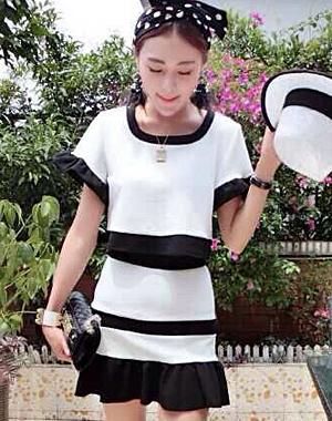 ชุดเซ็ท 2 ชิ้น สีขาว เสื้อครอป คอกลมแขนสั้น + กระโปรงเอวสูงชายกระโปรงแต่งระบายน่ารักๆ มีซิปข้าง