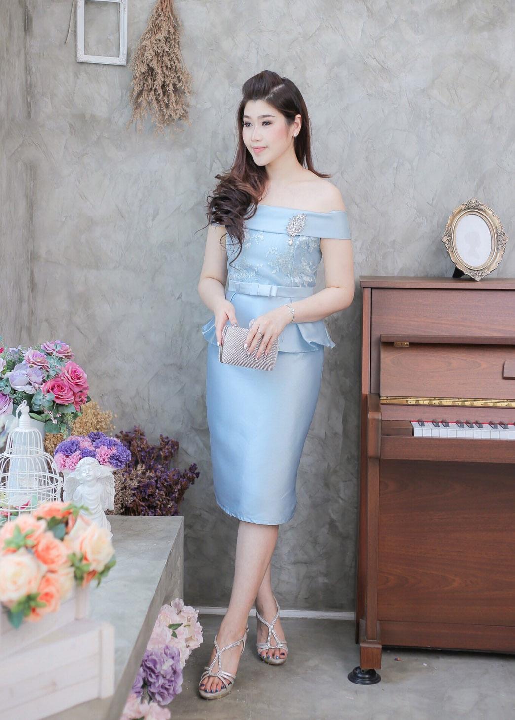 ชุดออกงาน/ชุดไปงานแต่งงานสีฟ้า เปิดไหล่ ทรงเข้ารูป ลุคเรียบหรู สวยสง่า
