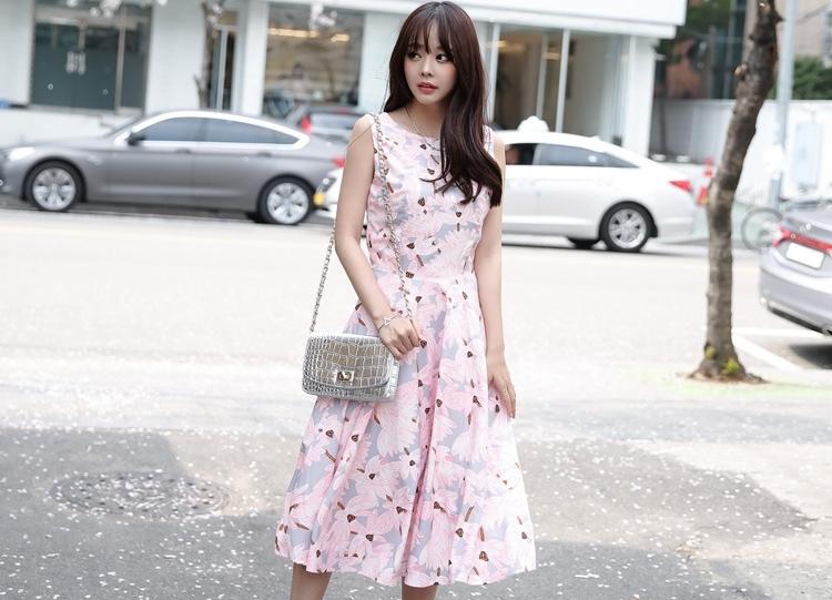 ชุดเดรสยาวสีชมพู เทา ลายดอกไม้ แขนกุด กระโปรงยาวพริ้วๆ สวย น่ารักๆ สไตล์สาวหวาน