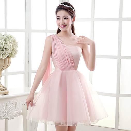 ชุดราตรีสั้นสีชมพู ไหล่เฉียงแต่เป็นสไบน่ารักๆ กระโปรงบานพองๆ แนวหวานเรียบๆ สวยน่ารักๆ เป็นชุดออกงานสีชมพู ชุดไปงานแต่งงานสีชมพู งานเลี้ยง งานบายเนียร์ธีมสีชมพู