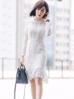 ชุดเดรสลูกไม้สีขาว เข้ารูป แขนยาว แนวเรียบหรู ดูดี เหมาะสำหรับใส่เป็นชุดออกงาน ชุดไปงานแต่งงาน