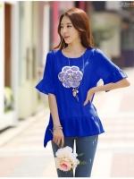 เสื้อชีฟองแฟชั่นเกาหลี สีน้ำเงิน ปักเลื่อมรูปดอกไม้ด้านหน้า ปลายเสื้อแต่งระบายรอบ มีซับใน