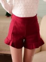 กางเกงขาสั้นสีแดง เอวสูง เข้ารูป ปลายกางเกงแต่งระบาย ซิปหลัง ผ้ากำมะหยีเนื้อผ้านุ่มใส่สบาย