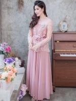 ชุดเดรสยาวออกงานสีชมพู แขนยาวแต่งลูกไม้ แนวเรียบหรู สวยสง่า สไตล์ผู้ใหญ่ เหมาะสำหรับใส่ออกงาน ไปงานแต่งงาน ชุดถือขันหมาก ชุดแม่บ่าวสาว