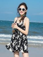 ชุดไปเที่ยวทะเล เดรสสั้นสีดำลายดอกไม้ โชว์หลัง ลุคน่ารัก เซ็กซี่เบาๆ