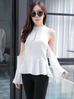 เสื้อเว้าไหล่สีขาว แขนยาวระบาย ทรงสวย