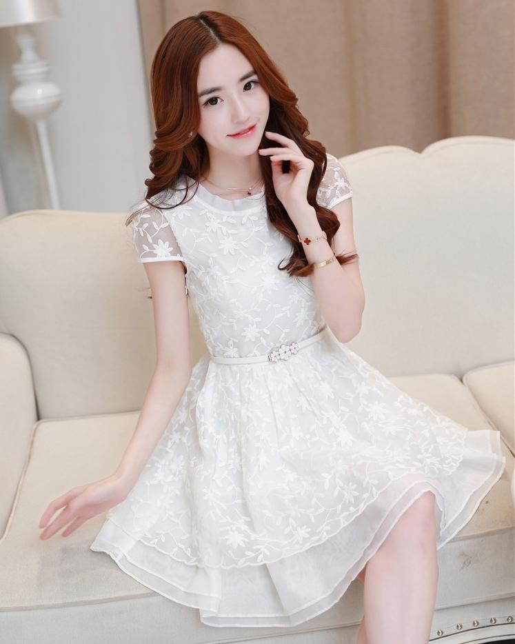 ชุดเดรสสั้นสีขาว ลายดอกไม้ พร้อมเข็มขัดหัวดอกไม้ ลุคสวยหวาน น่ารักสไตล์เกาหลี ใส่ไปงานแต่งงาน ออกงานธีมสีขาว ธีมเจ้าหญิงๆ