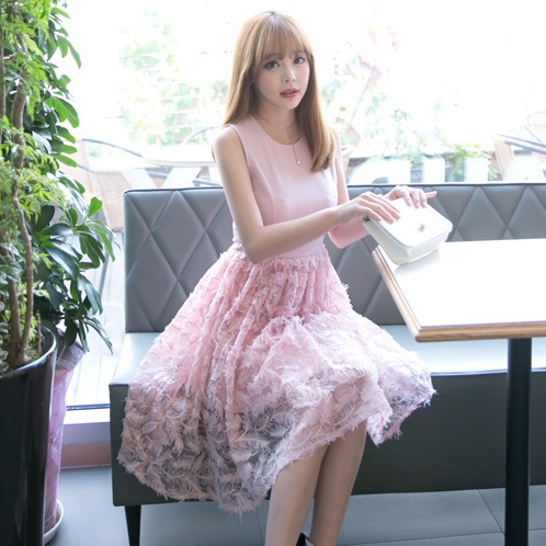 ชุดเดรสยาวสีชมพู แขนกุด กระโปรงปักลายใบไม้ ลุคสวยหวานน่ารักๆ