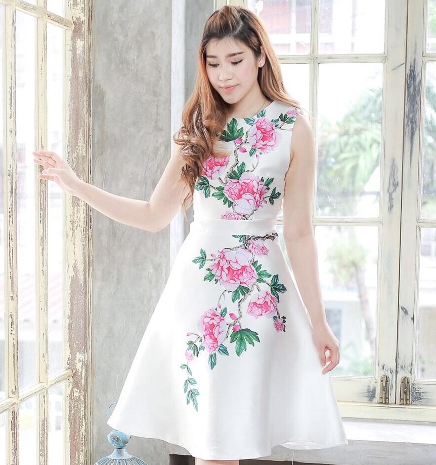 ชุดเดรสออกงาน/ชุดไปงานแต่งงานสีขาวพิมพ์ลายดอกไม้ แขนกุด สวยหรู ดูดี