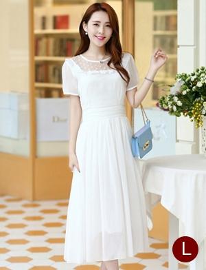 ชุดเดรสยาวสวยๆ สีขาว ผ้าชีฟอง คอกลม ช่วงไหล่แต่งด้วยผ้าซีทรูจับจีบระบาย แขนสั้น เอวคาดด้วยผ้า ซิปข้าง ซับในทั้งตัว