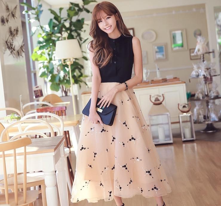 ชุดเดรสยาวสวยๆ น่ารักๆ โทนสีดำ ครีม เสื้อสีแขนกุดเย็บติดกับกระโปรงผ้าไหมแก้วสีครีม สวยหวานสไตล์เกาหลี