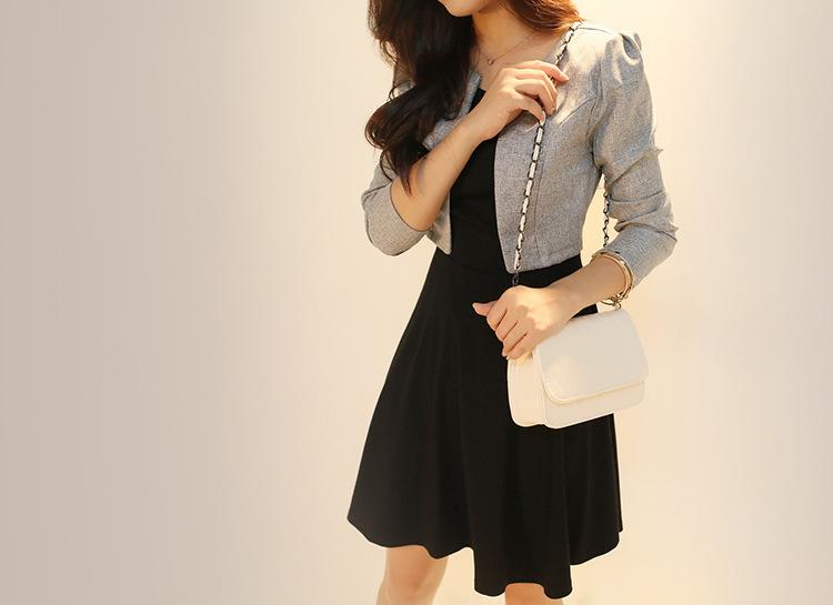 ชุดเดรสทำงานโทนสีเทาดำ ดีไซน์สวยหรู เสื้อสูทตัวสั้นสีเทา + เดรสสีดำ กระโปรงทรงสวิง ให้ลุคสาวออฟฟิศเรียบร้อย ดูดี